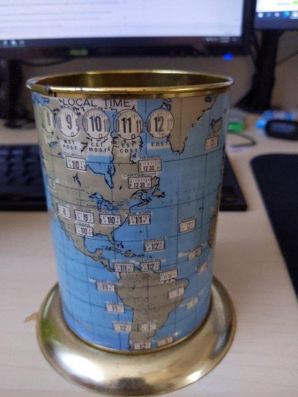 Эта подставка для ручек вращается, чтобы можно было рассмотреть карту и часовые пояса