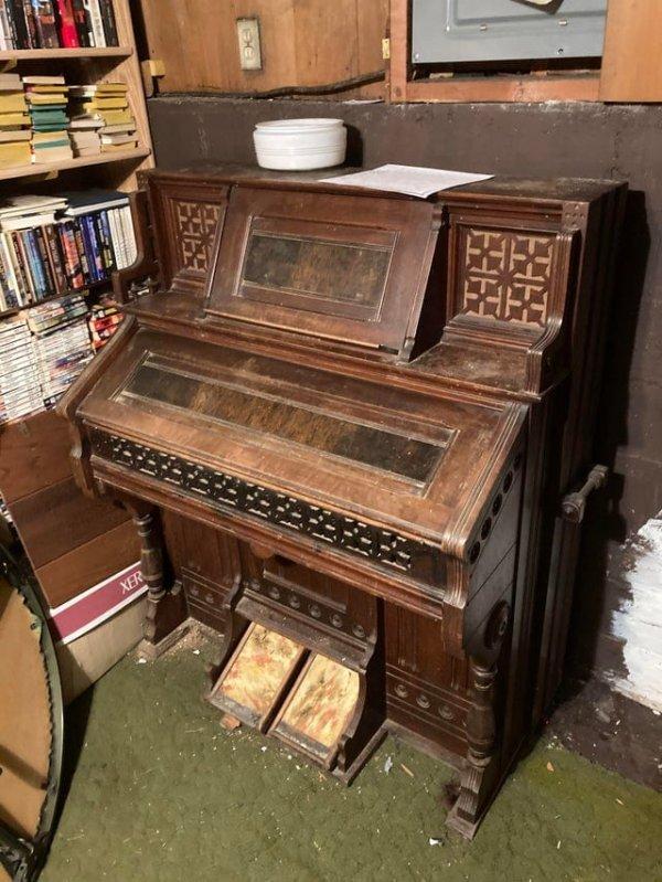 Старый орган моей тёти, который хранился у неё в подвале 20 лет