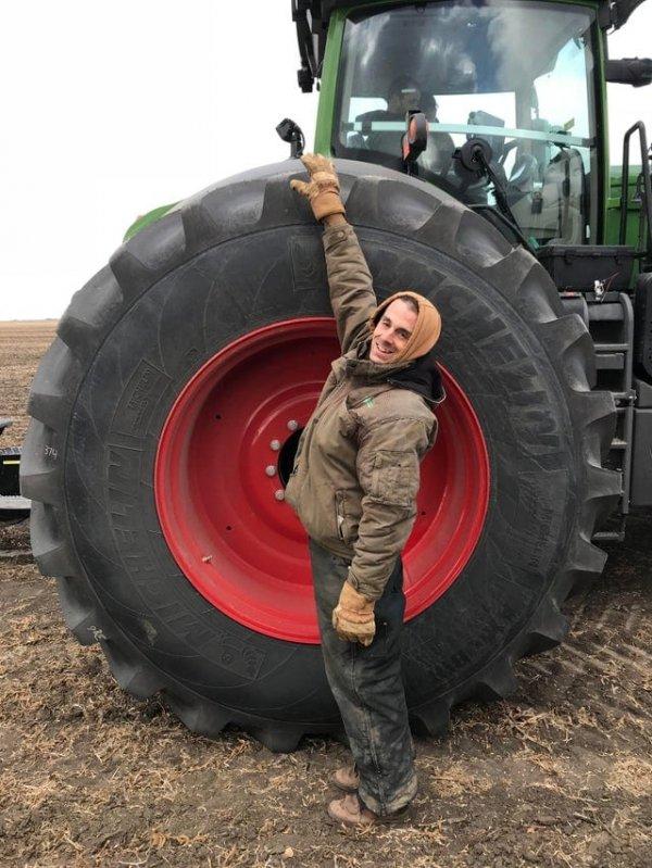 Мужчина ростом 177 сантиметров рядом с колесом