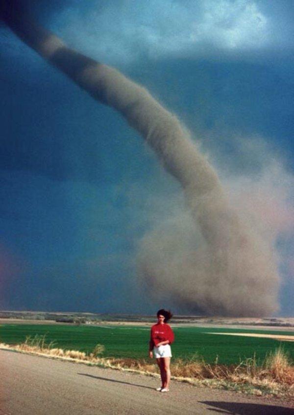 Девушка на фоне торнадо