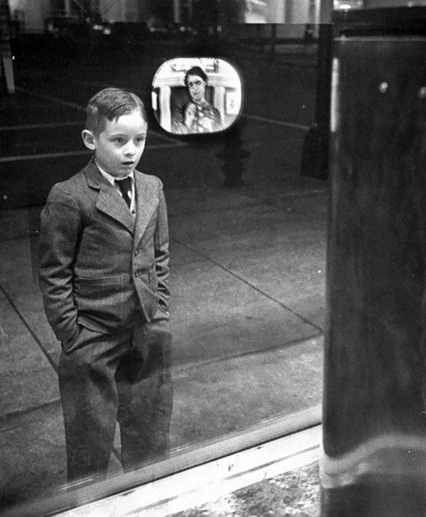 Реакция мальчика, впервые увидевшего работающий телевизор, 1948 год