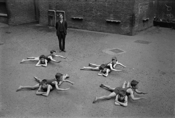 «Безводный» урок плавания, Англия, 1920-е годы