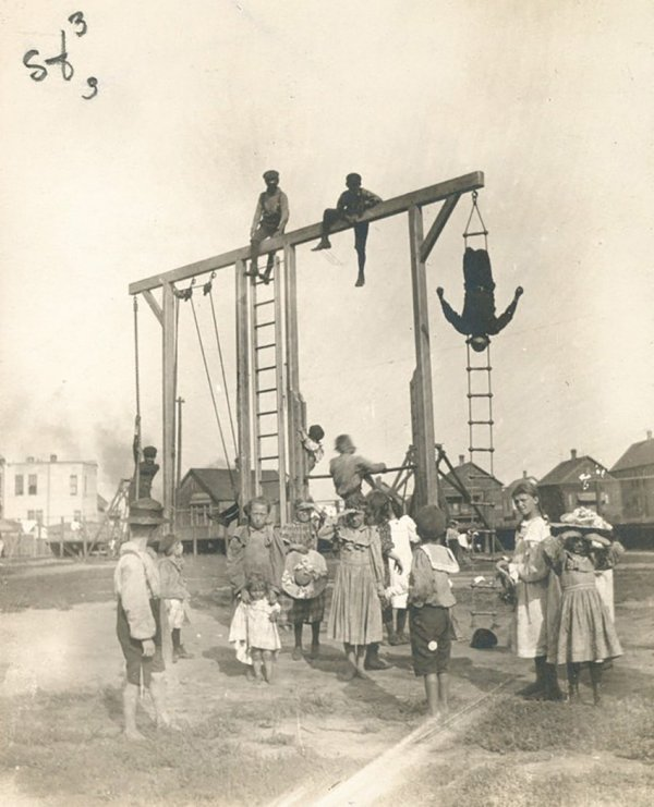 Крайне небезопасная на вид детская площадка, Чикаго, 1903 год