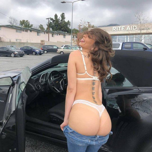 Порноактриса Райли Рид (Riley Reid) в белом нижнем белье