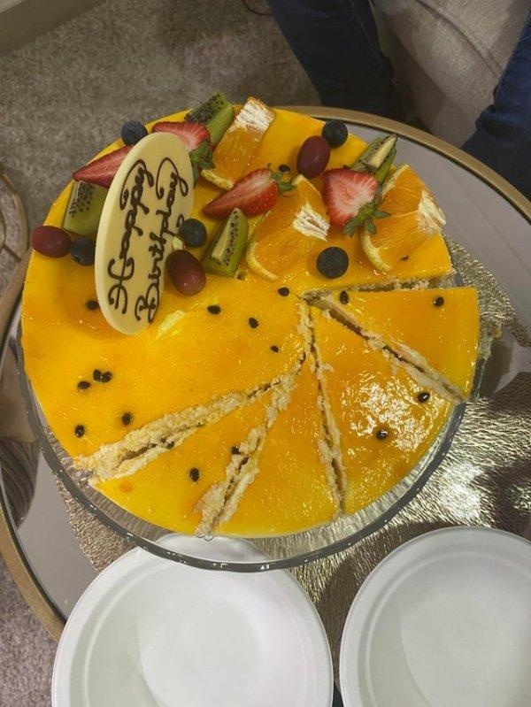 Попросили разрезать торт