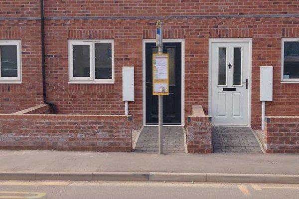 Автобусная остановка в шаговой доступности. Буквально
