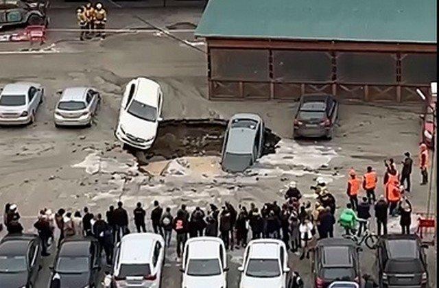 """Прорыв трубы в Петербурге """"поглотил"""" несколько легковых автомобилей"""