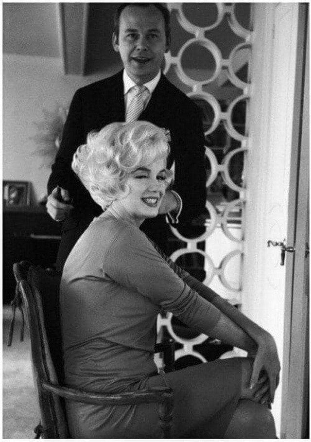 Мэрилин Монро со своим парикмахером, 1961 г.