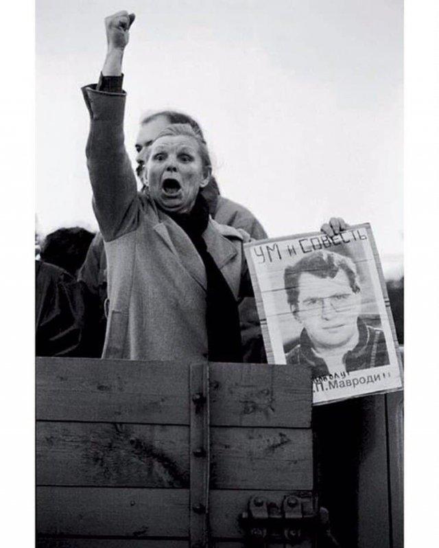 Женщина на митинге в поддержку арестованного Сергея Мавроди, 1994 год.