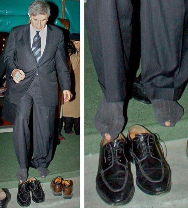 Президент всемирного банка Пол Вулфовиц разулся перед входом в мечеть в Турции, 2007 год