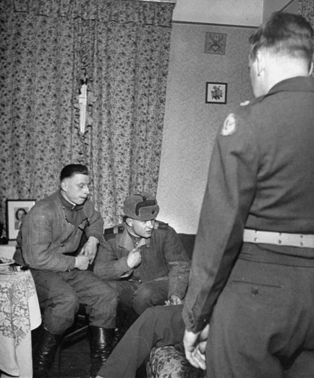 Допрос советских военнослужащих, которых поймали пьяными в американской оккупационной зоне Германии, 1949 год.