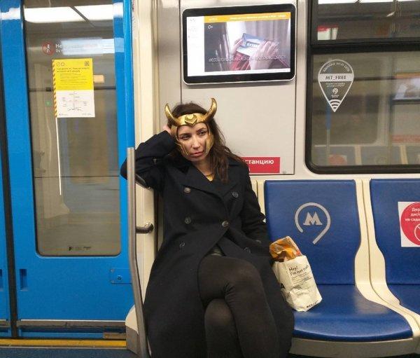 девушка в маске локи