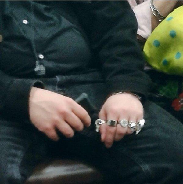 парень с кольцами
