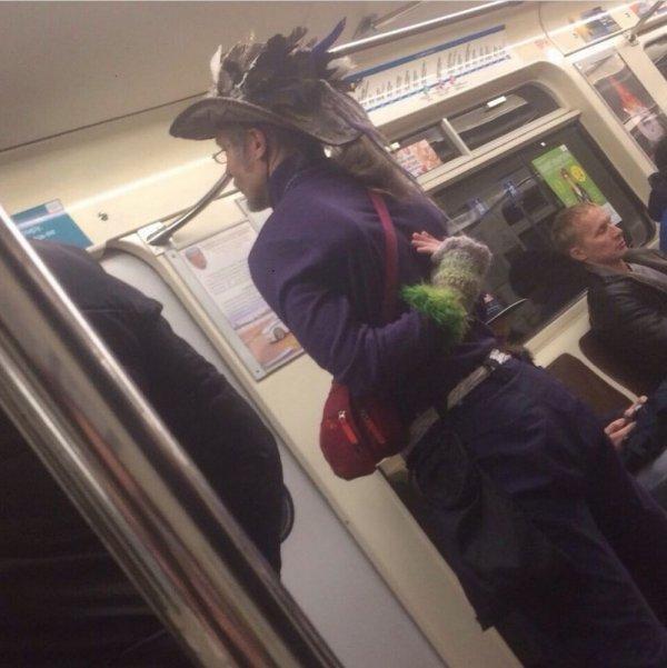 мужчина в шляпе с перьями