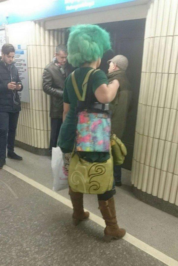 женщина в парике