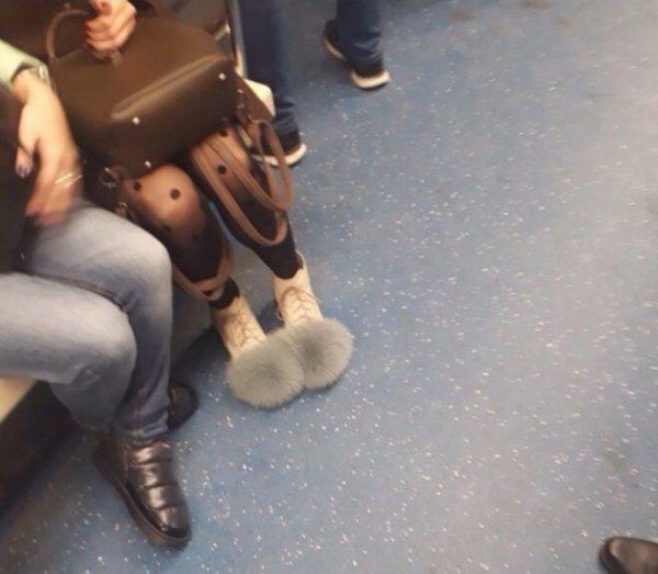 девушка в пушистой обуви