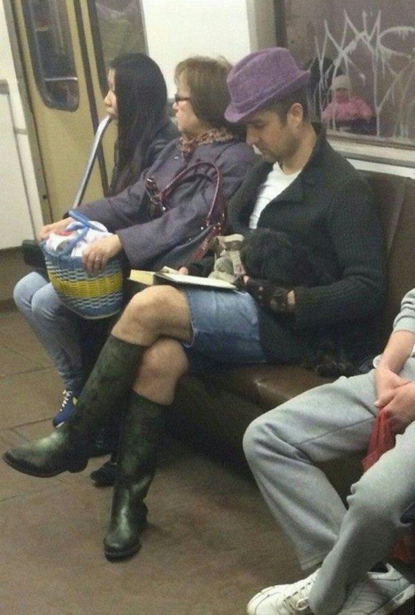 парень в шляпе и шортах