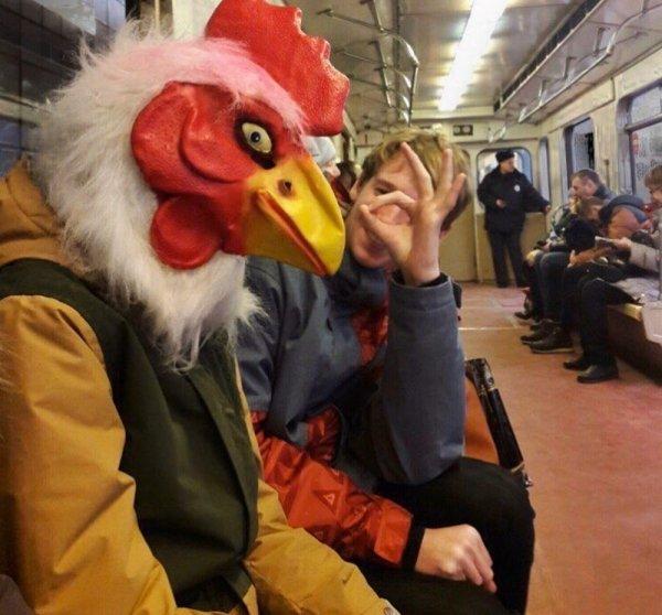 парень в маске курицы