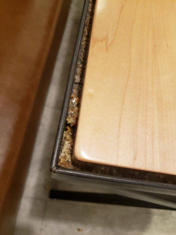 Стол в ресторане, который собирает все крошки. Это так задумано?