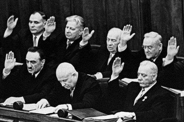 Никита Хрущев в окружении людей, голосующих за его отставку, СССР, 14 октября 1964 года.
