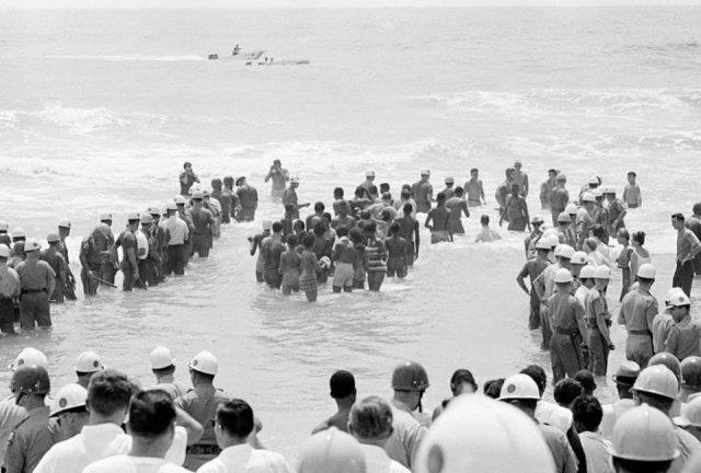 Полиция охраняет купающуюся группу черных и сторонников десегрегации от разъяренной толпы. Сент-Огастин, Флорида, 1964 год.