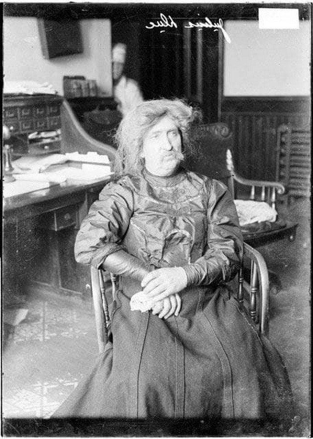 Преступник, переодевшись в женщину, скрывался от полиции. Юлиус Дак в полицейском участке Чикаго, 1906 г.