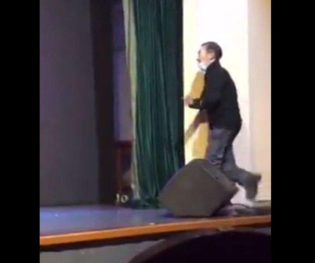 """Пьяненький мужчина """"украсил"""" выступление артистов"""