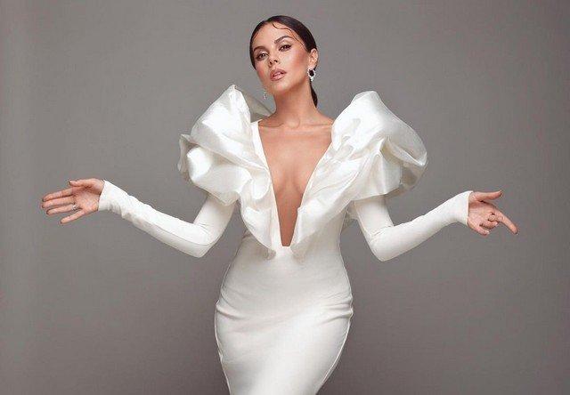 Настя Каменских в белом платье с вырезом