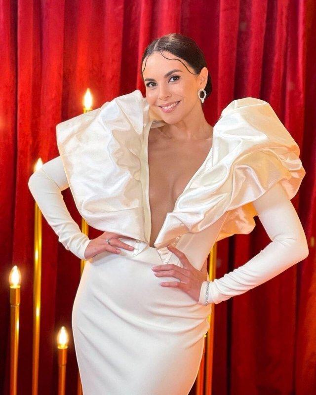 Настя Каменских в белом платье
