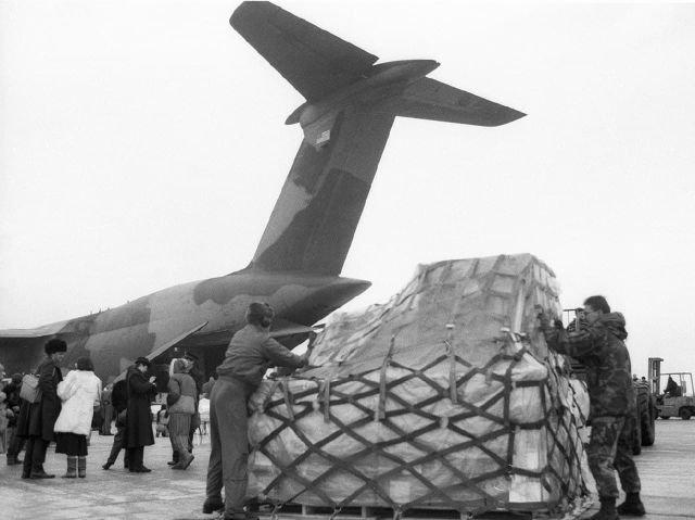Работники аэропорта разгружают самолет ВВС США, прибывший в Москву с грузом гуманитарной помощи, 1992 год.