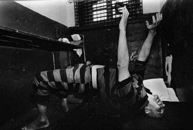 Андрей Чикатило перед расстрелом в камере занимается йогой, 1993г.