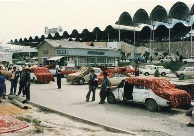Продажа ковров на рынке Чорсу в 1994 году, Ташкент.