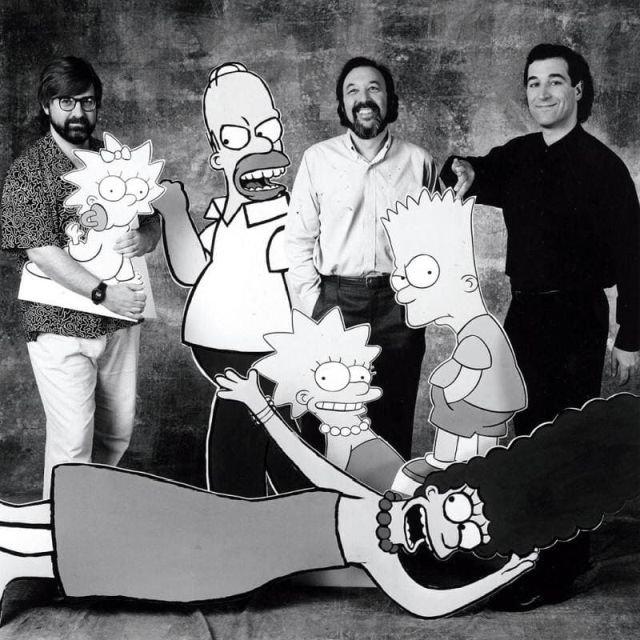 """Создатели сериала """"Симпсоны"""" Мэтт Гроунинг, Джеймс Брукс и Сэм Саймон вместе с героями мультика, 1990 год."""