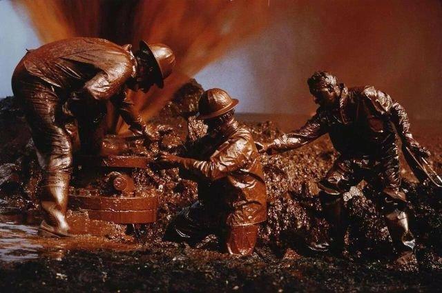 Пожарные ликвидируют прорыв нефтяной скважины в Кувейте, 1991 год.