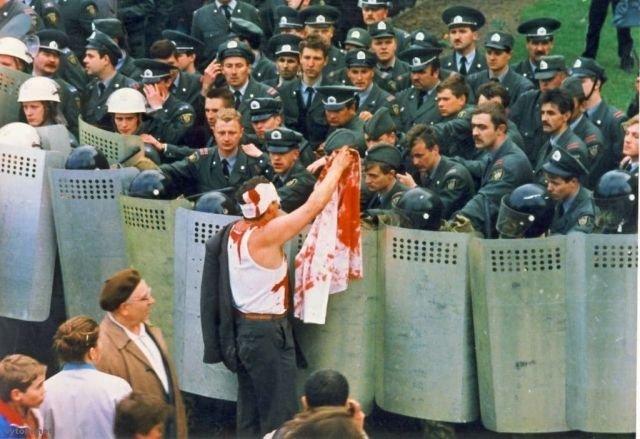 Протестующий разговаривает с ОМОНом. «Чернобыльский шлях», 1996 год, Минск.