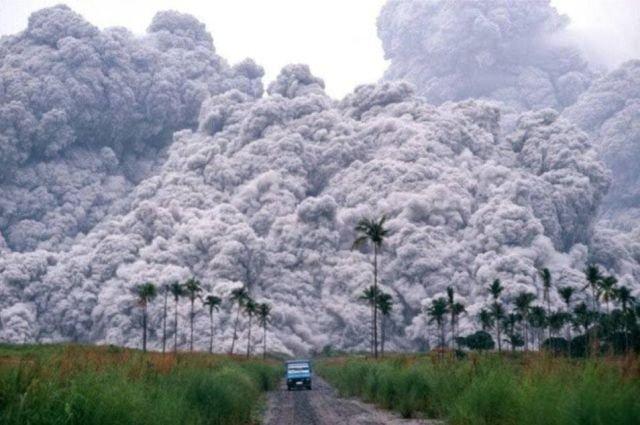 Грузовик спасается от пирокластического потока извергающегося вулкана Пинатубо. Филиппины. 1991 год.