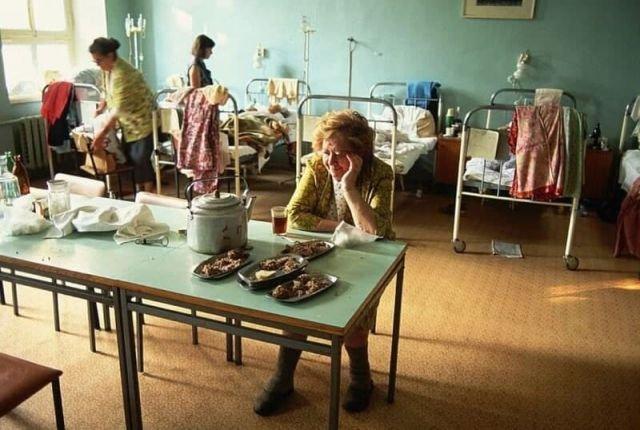 Палата одной из московских больниц. Обед. СССР. 1991 год.