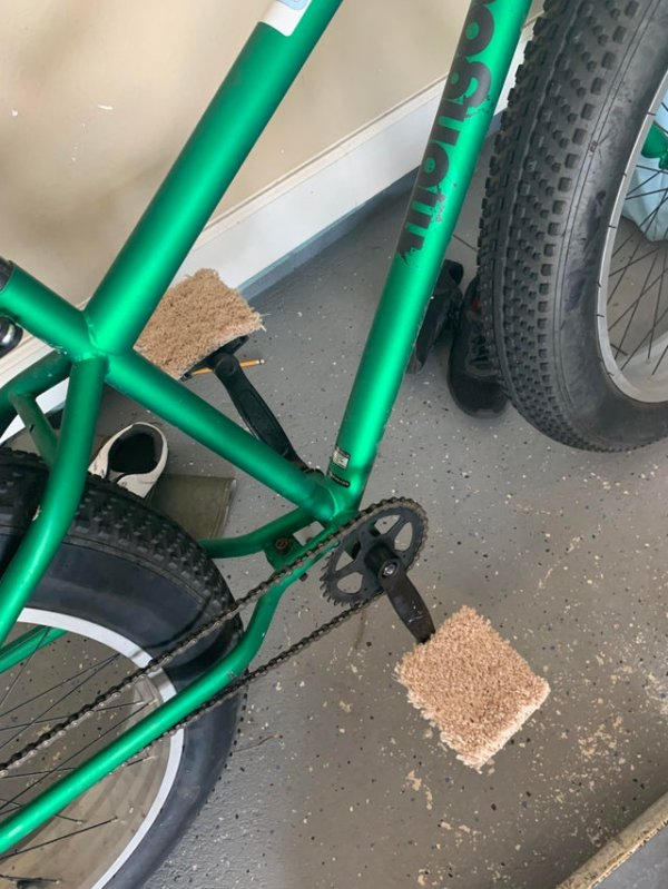 Прокачайте педали велосипеда кусочками ковра, чтобы ездить босиком