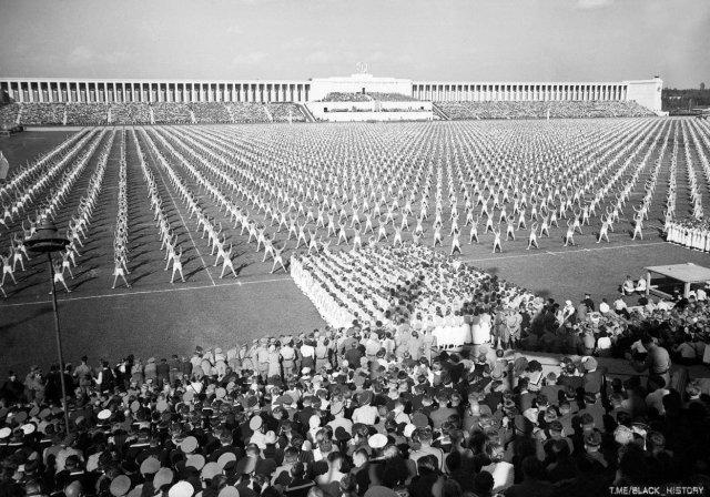 """Массовые занятия гимнастикой во время """"Дня единства"""". Нюрнберг, 8 сентября 1938 года."""