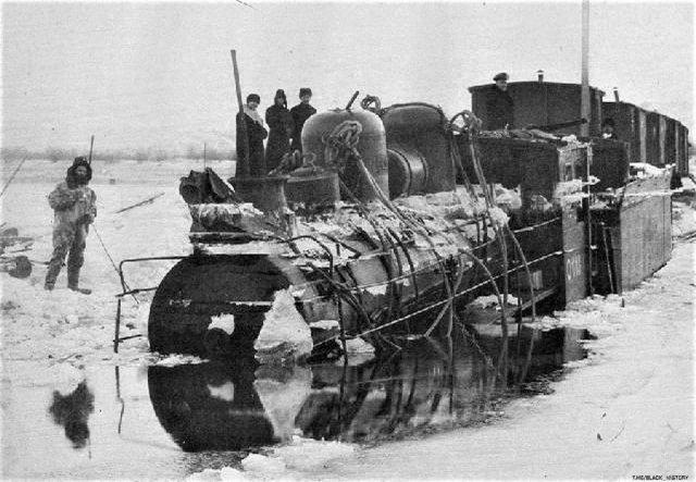 Ледовая переправа через Амур. Во время переправы лед не выдержал и паровоз ушел под воду, Хабаровск, 1905 год.