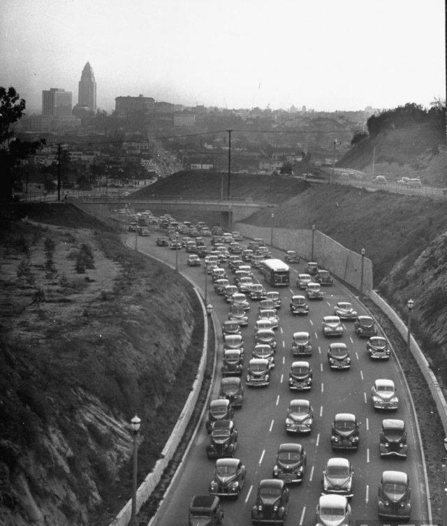 Автомобильный трафик Лос-Анджелеса, Калифорния, март 1949 года.