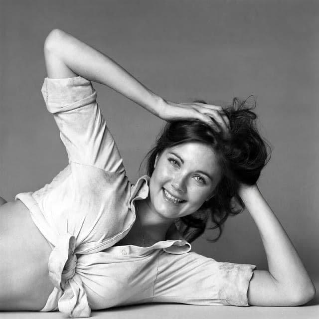 Американская певица и актриса Линда Картер на съемках для журнала, 1970 г.