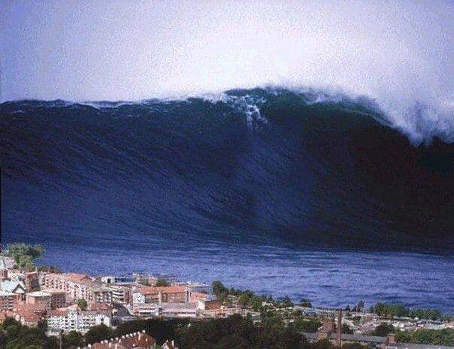 На фото самая большая волна, зафиксированная людьми, наблюдалась около Японского острова Ишигаки в 1971 году. Волна имела высоту 85 метров.