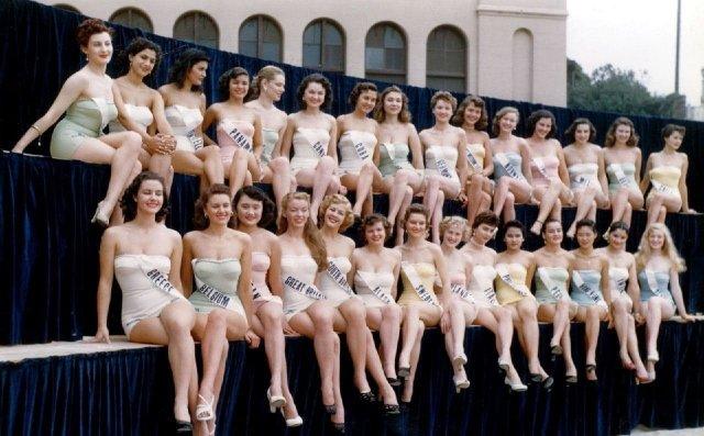 Первый конкурс Мисс Вселенная. Победу одержала восемнадцатилетняя Арми Куусела из Финляндии, Калифорния 1952 год.