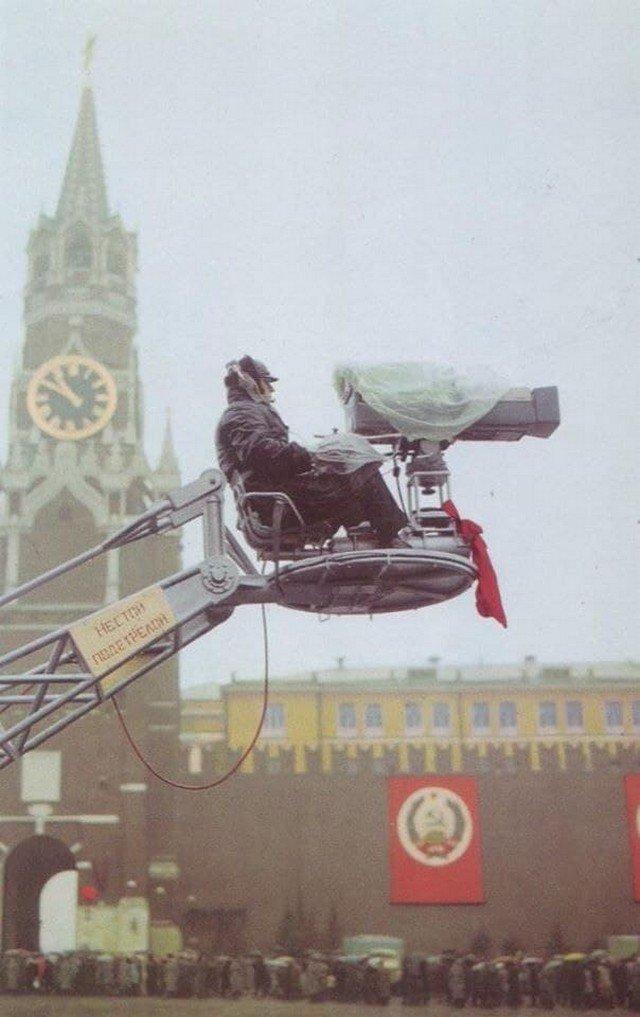 Телеоператор на Красной площади, 7 ноября 1977 года, Москва. Рабочий момент проведения парада.