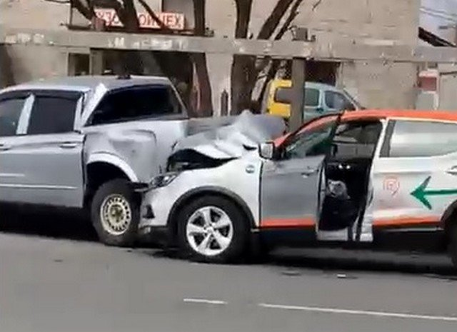 Рэпер Yung Trappa лишился зубов за рулем каршеринга — он влетел в машину в Петербурге
