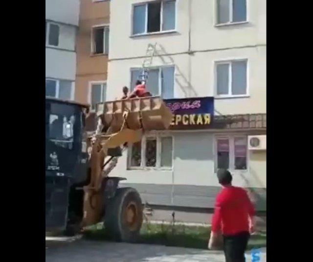 Рабочие спасли жителей из горящей квартиры до приезда пожарных