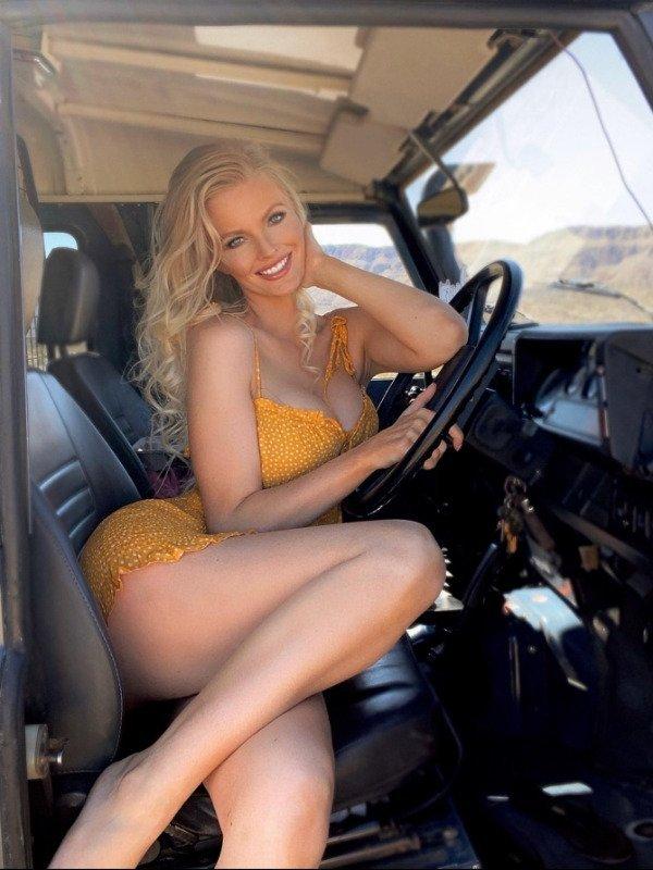 Девушки, которые любят делать селфи в машинах