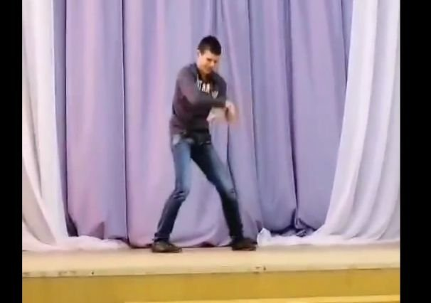 """""""Легенда"""" танцев: смешной танцор выступает с """"зажигательным"""" номером"""