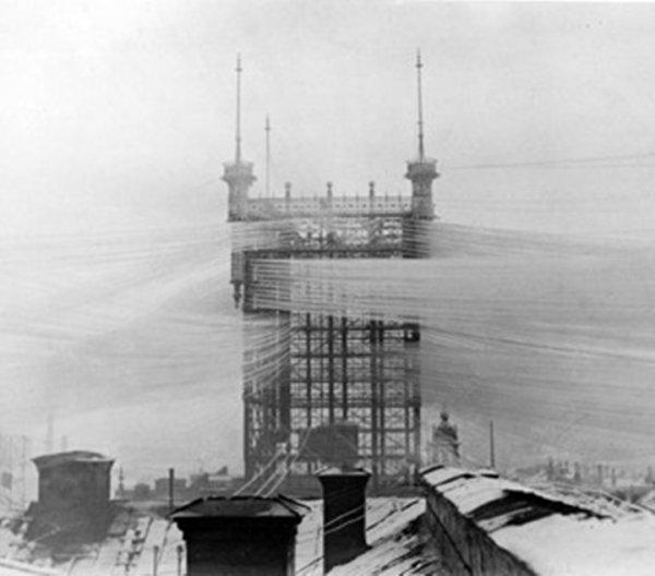 Телефонная башня в Стокгольме, к которой присоединено около 5500 телефонных проводов
